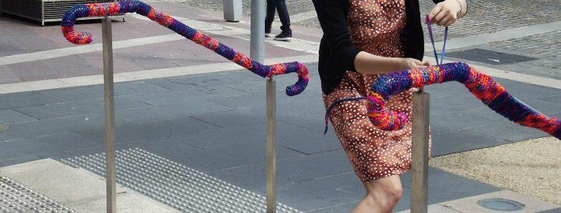 Installation de Yarn Bombing dans l'espace public sur une rampe d'escalier ©Bali - Twilight Taggers