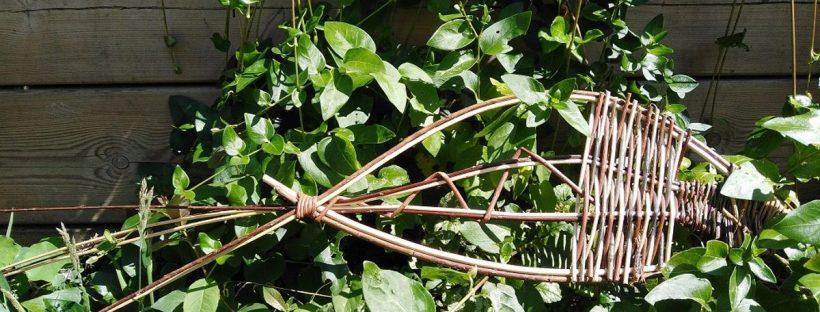 Poisson décoratif en vannerie réalisé à partir d'osier et différents végétaux du jardin ©Julie Dupuy