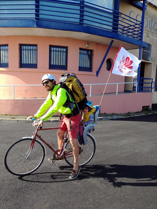 """La """"bicikonk"""" et son étendard avec le logo de la Konk Créative"""