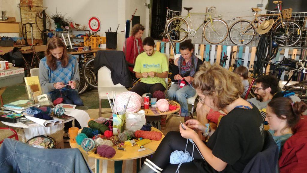 """Une partie de l'équipe organisatrice des Rencontres de Kervic en plein """"yarn bombin"""" de vélos au CRADE à Concarneau"""