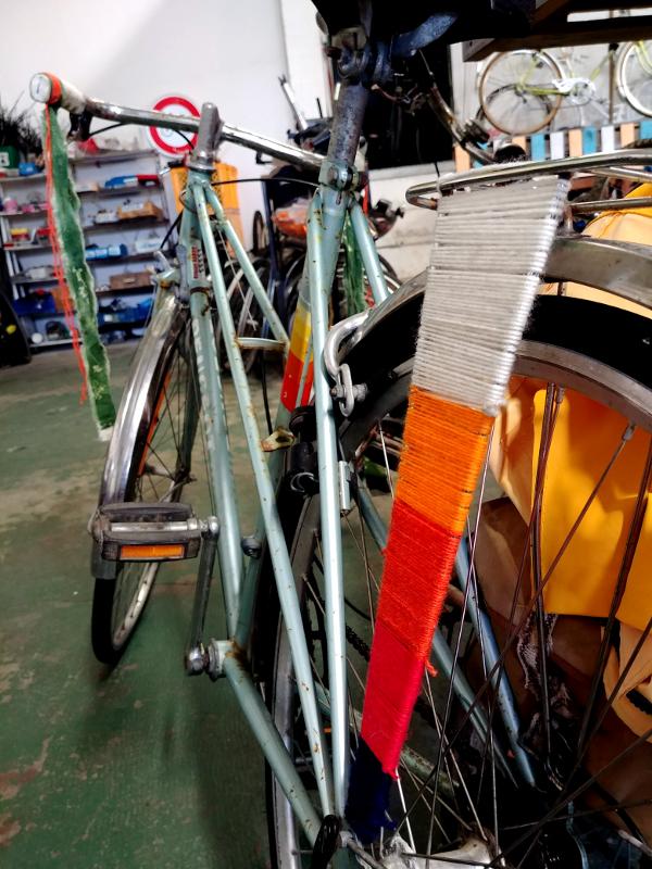 Habillage des rayons d'une roue avec de la laine de couleurs