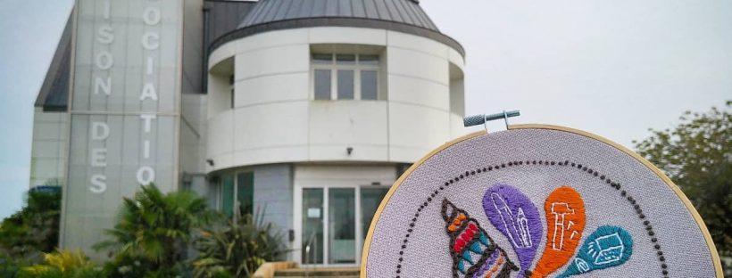 Le tambour brodé de la Konk Créative devant la maison des associations à Concarneau