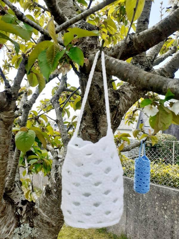 Le lampion au crochet suspendu à une branche d'arbre dans le jardin